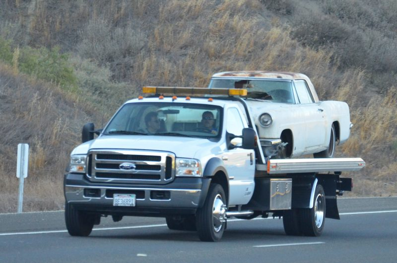 Flatbed-towing-truck
